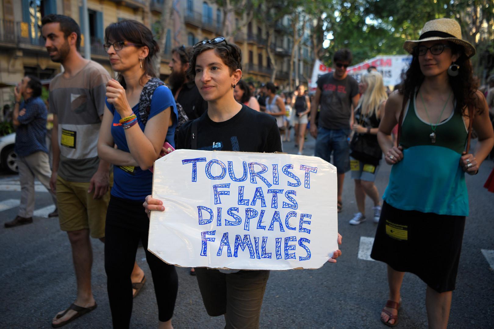 «Barcelone n'est pas à vendre» : les habitants dénoncent la prolifération des logements touristiques