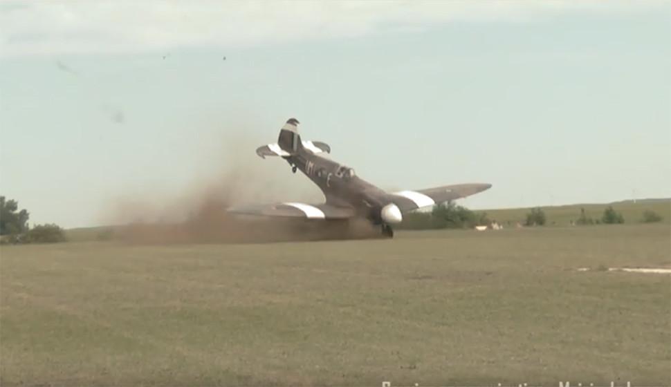 Un Avion De La Seconde Guerre Mondiale Rate Son Décollage Lors D'un Meeting Aérien (VIDEOS)