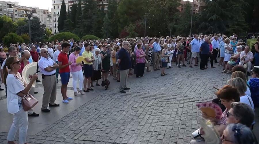 Des catholiques en colère prient dans la rue à Grenade après une prière polémique du Ramadan (VIDEO)