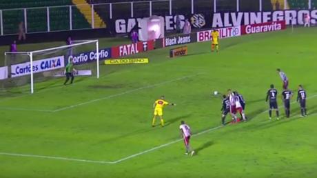Un gardien brésilien laisse passer deux buts et décampe du stade en taxi à la mi-temps