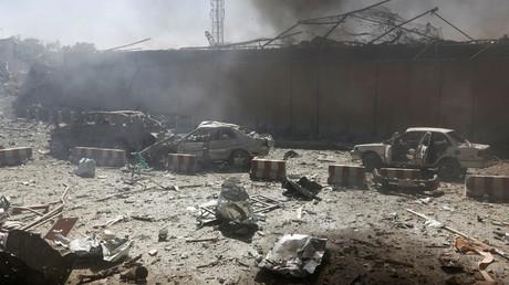 Des voitures après l'explosion à Kaboul, le 31 mai 2017.