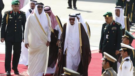 Le roi de l'Arabie saoudite Salmane ben Abdelaziz al-Saoud et l'émir du Qatar Tamim bin Hamad Al Zani.