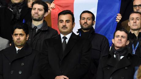 Le président du PSG Nasser al-Khelaifi, l'émir du Qatar Sheikh Tamim bin Hamad al-Thani et le Premier ministre français Manuel Valls au Parc des Princes