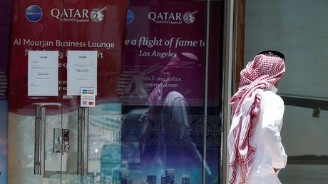 Un homme passe devant les bureaux de Qatar airways à Riyad, en Arabie saoudite