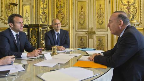 Emmanuel Macron et son conseiller Pierre-André Imbert lors d'une discussion préliminaire avec Pierre Gattaz, président du Medef le 23 mai 2017.