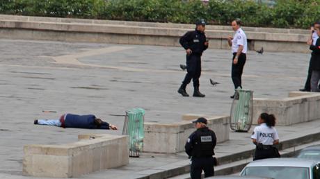 L'assaillant au sol, juste avant d'avoir été neutralisé par les forces de l'ordre sur le parvis de Notre-Dame