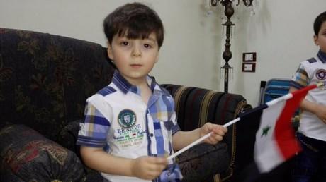 Omran Daqneesh arborant un drapeau syrien