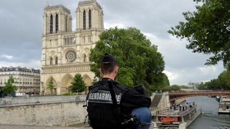 Un gendarme patrouille près de Notre-Dame de Paris