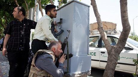 Les membres des forces spéciales iraniennes mènent un opération lors de l'attaque terroriste sur le Parlement.