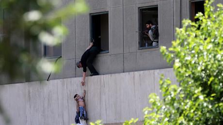 Un enfant évacué du parlement iranien lors de l'attentat à Téhéran