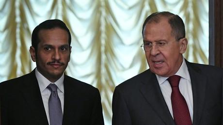 Le ministre des Affaires étrangères qatari Mohammed ben Abderrahmane Al Thani reçu à Moscou par son homologue russe Sergueï Lavrov, le 10 juin