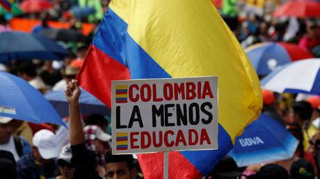 Colombie : la police se sert de canons à eau pour disperser des... enseignants (VIDEO)