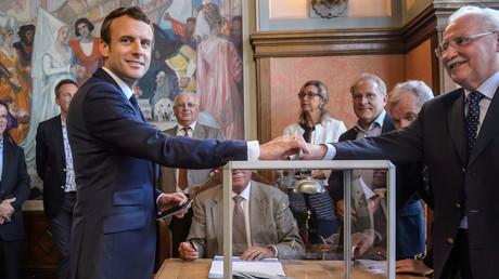 Emmanuel Macron au bureau de vote, le 11 juin 2017