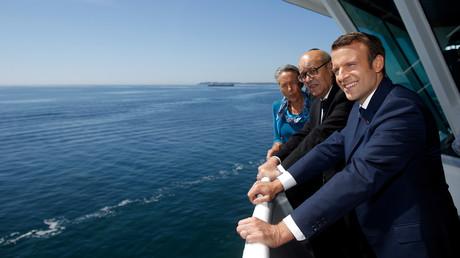 Le président français Emmanuel Macron près de la côte française