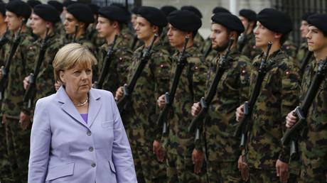 Angela Merkel et les militaires suisses à Bern