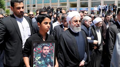 Le président Hassan Rouhani participe aux funerailles après les attentats à Téhéran