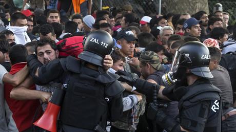 Les forces de l'ordre repoussent les migrants à la frontière entre la Hongrie et la Serbie