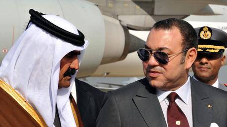 L'ancien émir du Qatar Hamad ben Khalifa Al-Thani aux côtés du roi du Maroc Mohammed VI lors d'une visite officielle à Rabat en 2011.