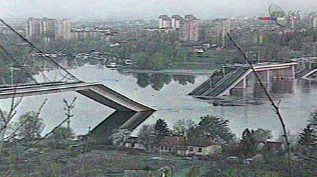 Un pont sur le Danube effondré après un bombardement de l'OTAN dans le nord de la Serbie en avril 1999, photo ©Télévision serbe / AFP