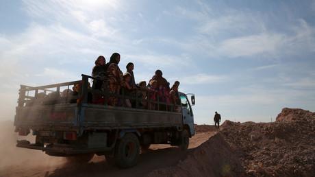 Des civils évacuent la ville de Raqqa