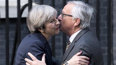 Le Premier ministre britannique Theresa May et le président de la Commission européenne Jean-Claude Juncker en avril 2017, photo ©Justin TALLIS / AFP