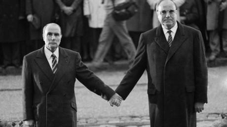 Le président François Mitterrand et le chancelier allemand Helmut Kohl, le 22 septembre 1984 près de Verdun.