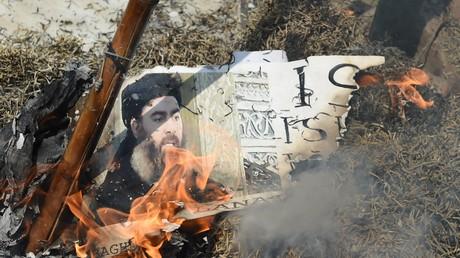 Un effigie du leader de Daesh, al-Baghdadi, est brûlé lors d'une manifestation chiite en Inde