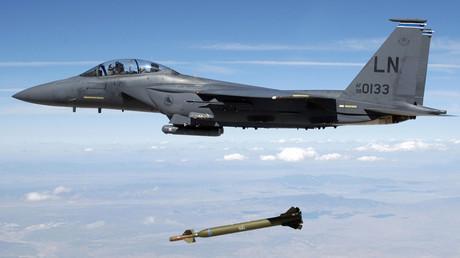 Un avion américain F-15 Strike Eagle largue une bombe (archive)