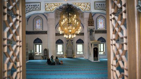Illustration, femmes discutant dans une mosquée à Berlin en 2015