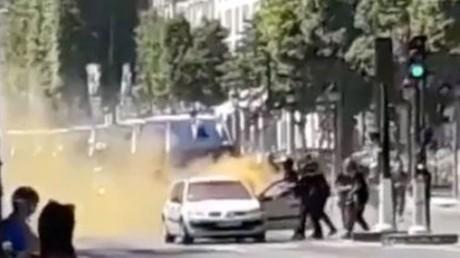 Attentat raté des Champs-Elysées : toujours pas d'explication pour la fumée orange