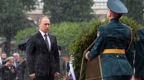 Vladimir Poutine, au garde-à-vous, reste immobile sous une pluie battante (VIDEO)