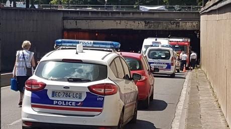 Un bus de tourisme à étages heurte un pont à Paris, au moins quatre blessés