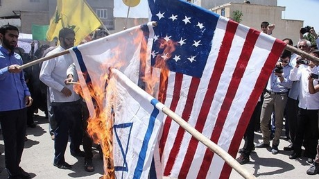 Des manifestants brûlent des drapeaux israéliens et américains