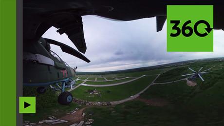 Sensations fortes à bord d'un hélicoptère de la patrouille acrobatique russe