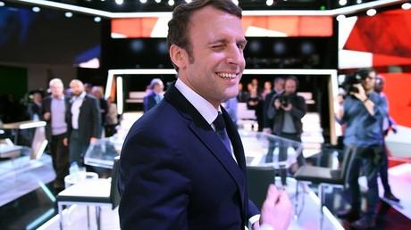 Emmanuel Macron, alors candidat à la présidentielle, fait un clin d'œil à la caméra avant l'Emission Politique sur France 2