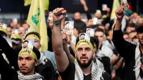 Des partisans du mouvement chiite libanais Hezbollah à Beyrouth lors d'un rassemblement le 23 juin