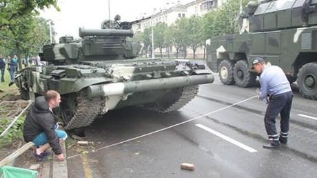 Biélorussie : il perd le contrôle de son char... et termine sa course sur le terre-plein central