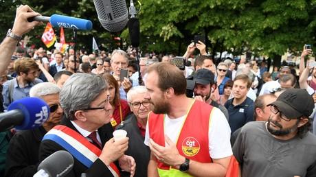 Jean-Luc Mélenchon et un militant de la CGT discutent lors d'une mobilisation contre la réforme du code du travail le 27 juin