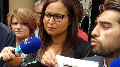 Farida Amrani et son colistier Ulysse Rabaté montrant un exemple de signature qu'ils estiment non conforme