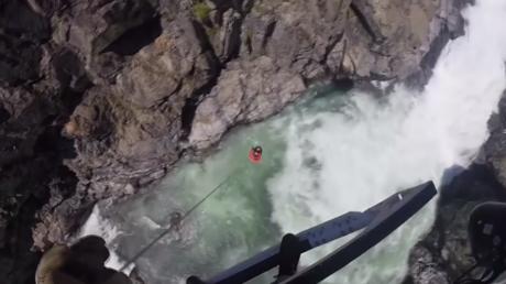 Sauvetage miraculeux d'un homme coincé sur un rocher au milieu d'un torrent (VIDEO)