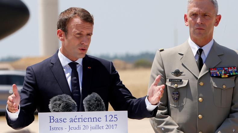 A Istres, Emmanuel Macron veut sauver les meubles après la démission du général de Villiers