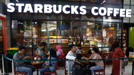 Des clients attablés à la terrasse d'un Starbucks Café à Jakarta