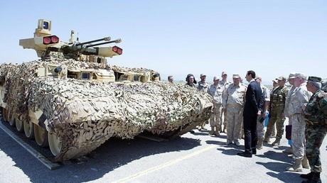 Le président syrien Bachar el-Assad visitant la base russe de Hmeimim, à Lattaquié