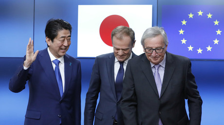 Photo d'archive. Shinzō Abe, Jean-Claude Juncker et Donald Tusk à Bruxelles.