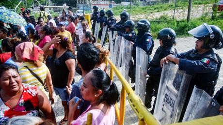 Des familles en quête de nouvelles de proches se sont massées aux abords du centre pénitencier où se trouvaient les forces anti-émeutes