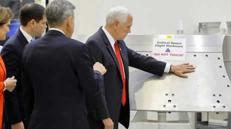 Oups ! Mike Pence pose sa main sur un engin de la Nasa sur lequel est écrit : «Ne pas toucher»