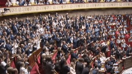 Les députés applaudissent après le discours d'Edouard Philippe