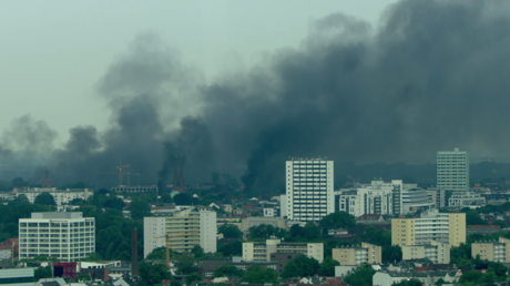 Des panaches de fumée noire témoignent des débordements des anti-G20