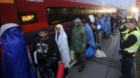 Migrants sur le quai d'une gare allemande