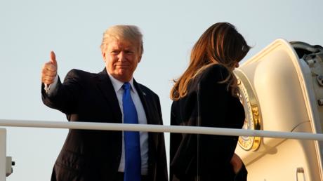 Donald Trump et sa femme Melania montant dans l'avion présidentiel avant de décoller pour Paris